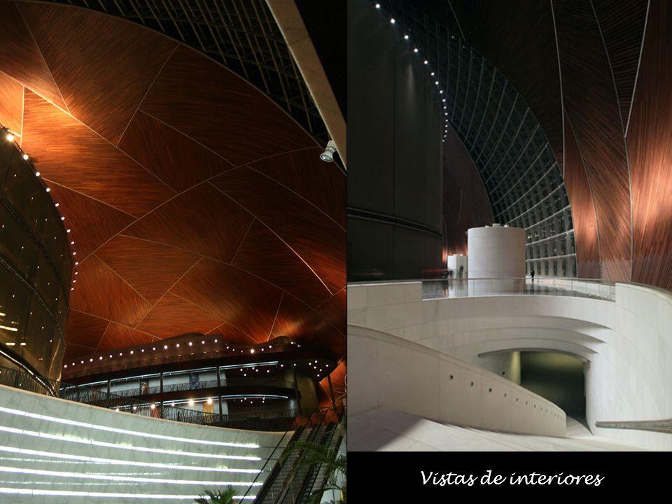 La cubierta curvada está resuelta con una estructura reticular de acero de 40 mil metros cuadrados