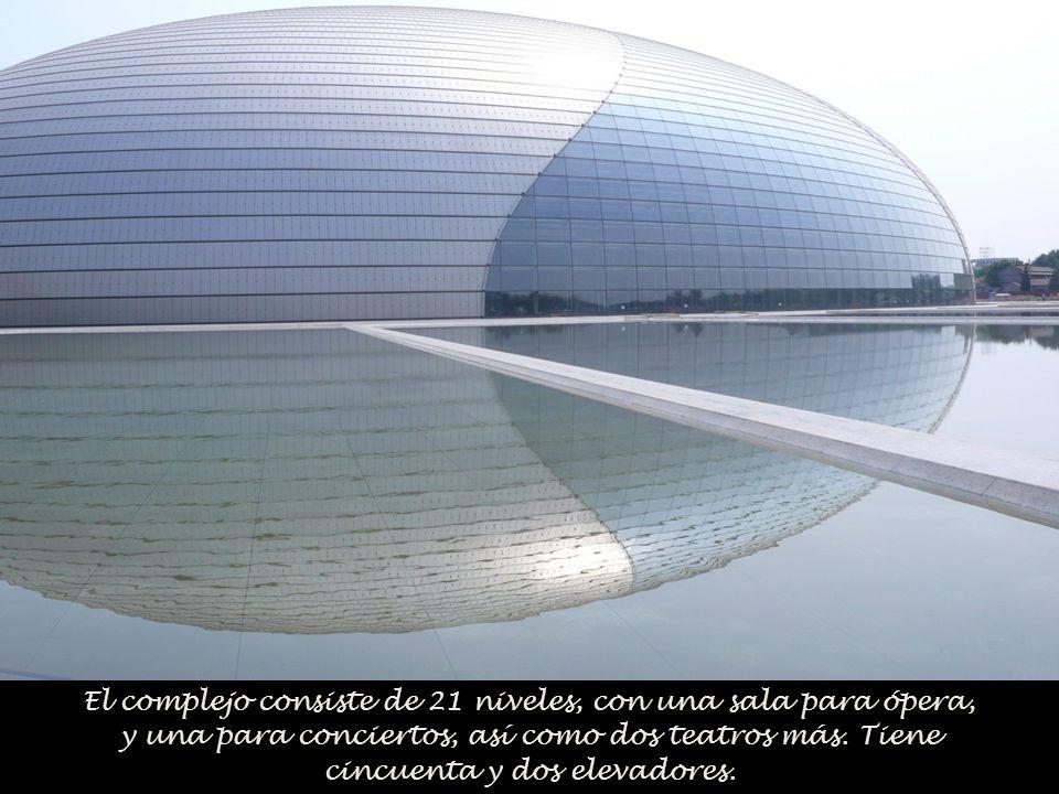 El cristal se convierte en una especie de velo que permite que los transeúntes puedan observar el interior.