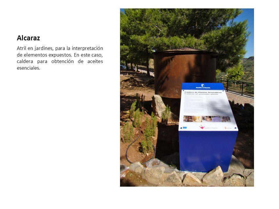 Alcaraz Atril en jardines, para la interpretación de elementos expuestos. En este caso, caldera para obtención de aceites esenciales.