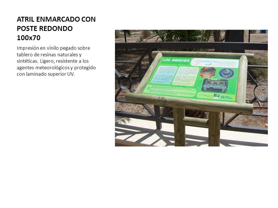 ATRIL ENMARCADO CON POSTE REDONDO 100x70 Impresión en vinilo pegado sobre tablero de resinas naturales y sintéticas. Ligero, resistente a los agentes
