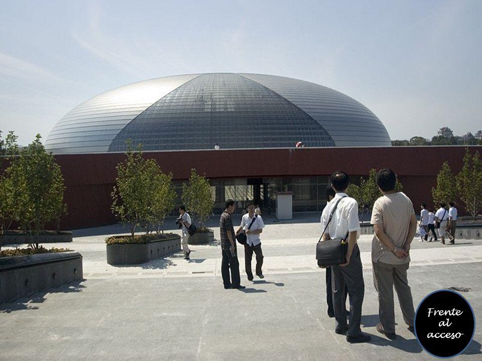 Tiene una capacidad para 6500 personas en tres salas en unos 200,000 m ².