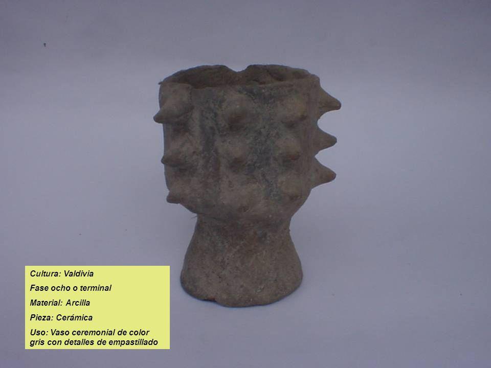 Cultura: Valdivia Fase ocho o terminal Material: Arcilla Pieza: Cerámica Uso: Vaso ceremonial de color gris con detalles de empastillado