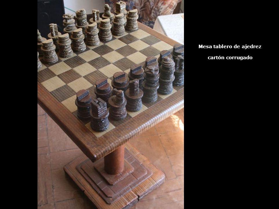 Mesa tablero de ajedrez cartón corrugado