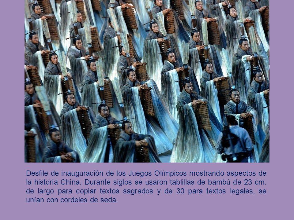 Desfile de inauguración de los Juegos Olímpicos mostrando aspectos de la historia China.