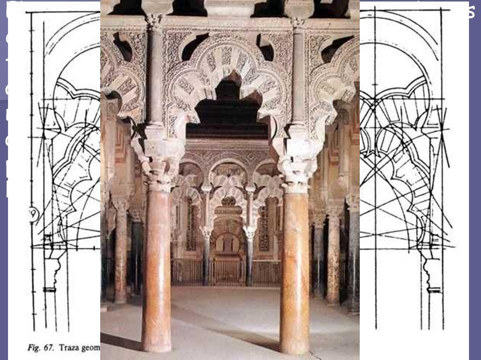 El tramo ante el mihrab en la nave central y sus dos adyacentes, todos cubiertos con cúpulas, forman la MAQSURA, quedando el espacio aislado del resto
