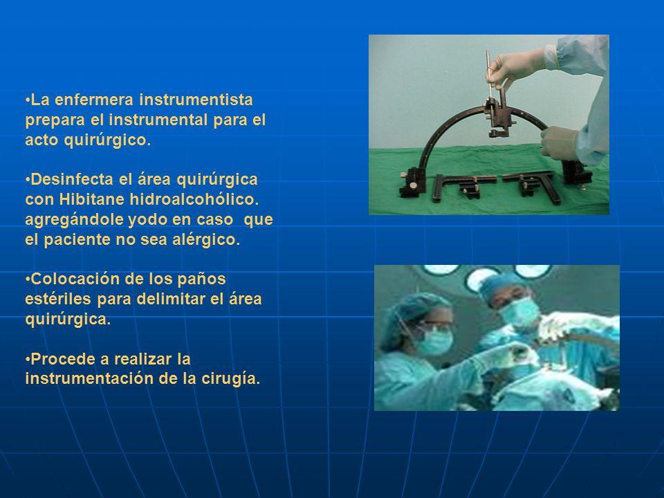 La enfermera instrumentista prepara el instrumental para el acto quirúrgico. Desinfecta el área quirúrgica con Hibitane hidroalcohólico. agregándole y