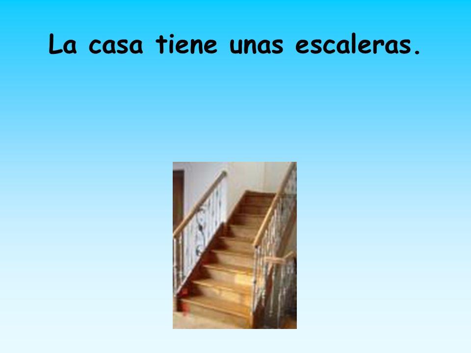 La casa tiene unas escaleras.
