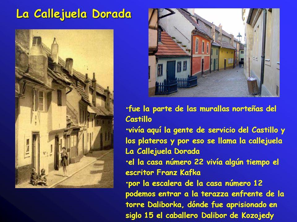 La Callejuela Dorada fue la parte de las murallas norteñas del Castillo vivía aquí la gente de servicio del Castillo y los plateros y por eso se llama la callejuela La Callejuela Dorada el la casa número 22 vivía algún tiempo el escritor Franz Kafka por la escalera de la casa número 12 podemos entrar a la terazza enfrente de la torre Daliborka, dónde fue aprisionado en siglo 15 el caballero Dalibor de Kozojedy