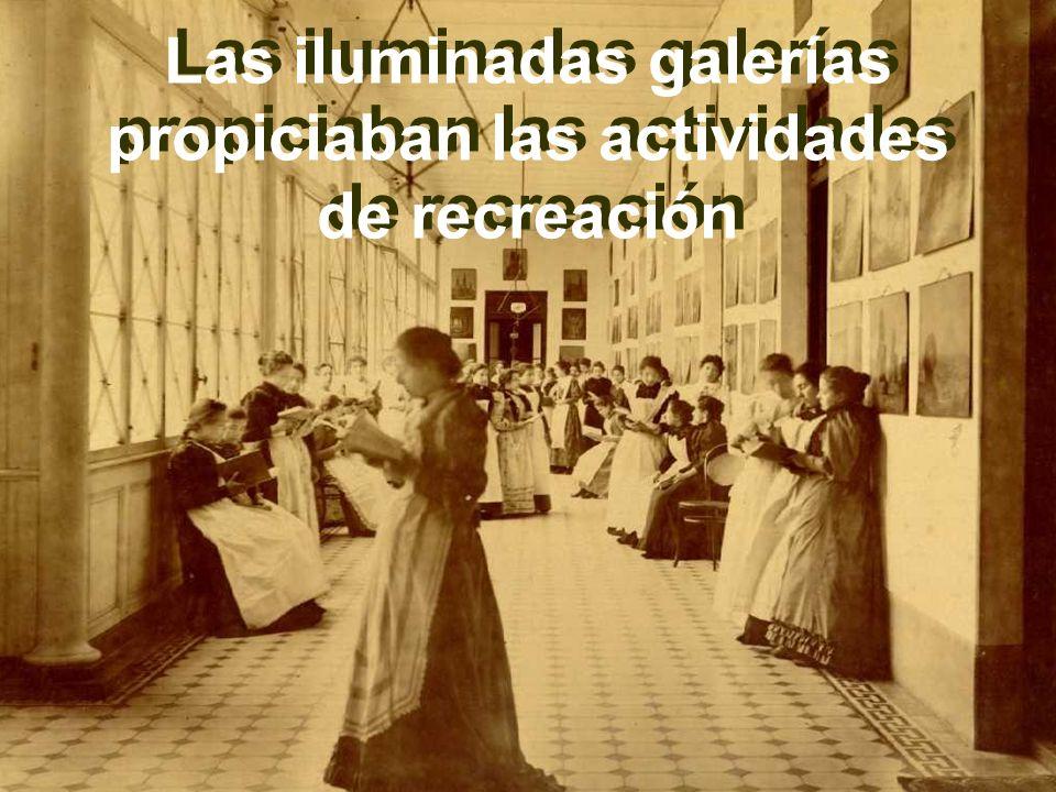 Las iluminadas galerías propiciaban las actividades de recreación Las iluminadas galerías propiciaban las actividades de recreación