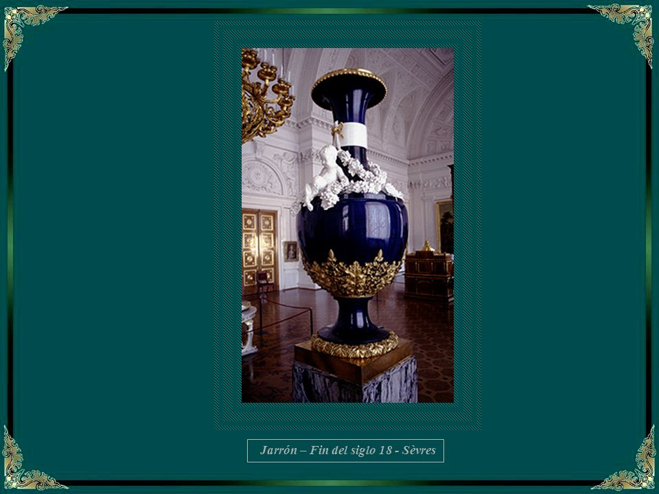 La copa Kolivan, de 18 toneladas, en jaspe, es tan grande que este salón tuvo que ser construído a su alrededor.