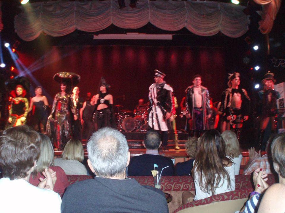 Salón de espectáculos Broadway Cada noche encontramos en el salón Broadway espectáculos variados en directo, como espectáculos de magia, chistes, coreografías y mucho más que hicieron que nuestra estancia sea inolvidable a bordo del Empress.