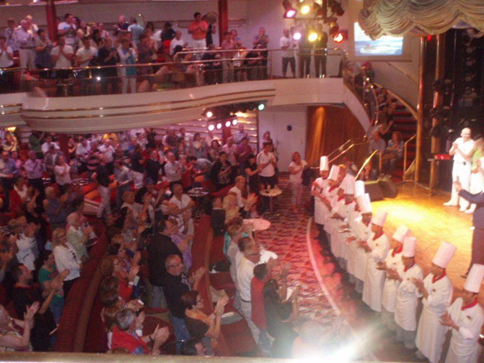 La última noche en el salón de espectáculos Broadway hubo una pequeña representación del personal del barco, (equipo de animación, artistas, tecnicos de sonido, cocina, etc.) solo en la cocina trabajan 120 personas, de las cuales solo 3 son mujeres.