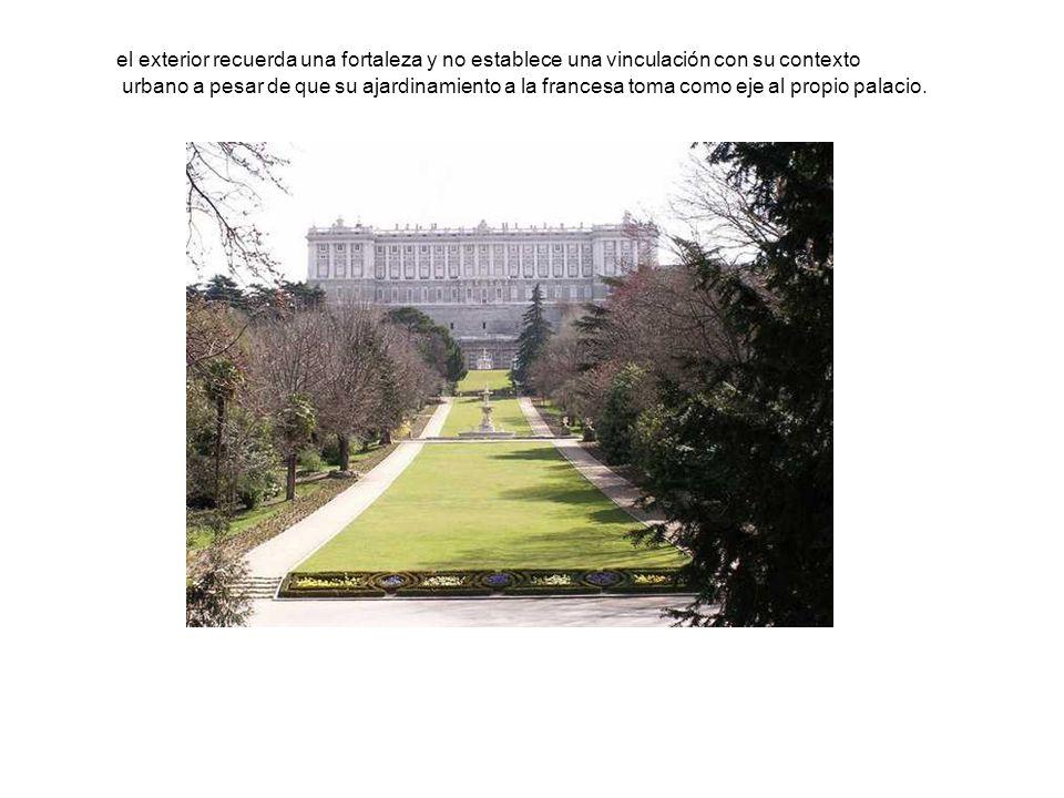 el exterior recuerda una fortaleza y no establece una vinculación con su contexto urbano a pesar de que su ajardinamiento a la francesa toma como eje