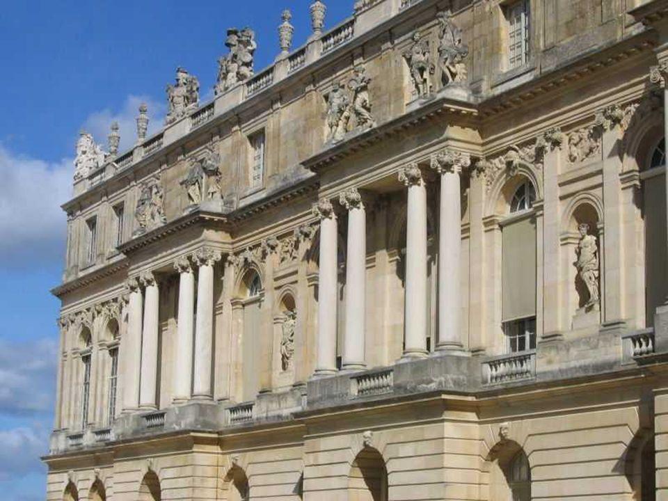 zócalo almohadillado dos cuerpos en las fachadas orden gigante de pilastras y medias columnas de capitel compuesto.