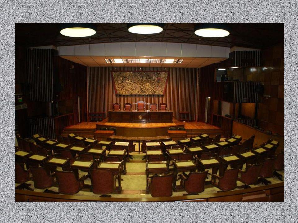 A ambos lados del Estrado con sus respectivos pabellones, a la derecha la Bandera Nacional e izquierda la Bandera Oficial de la Provincia de Misiones, que son izadas al comienzo de la sesión por dos diputados designados por el Señor Presidente.