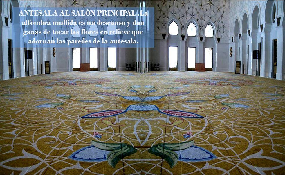 Esta mezquita también posee la mayor lámpara de araña del mundo, de industria alemana, de 10 metros de diámetro, 15 metros de altura, realizada en oro
