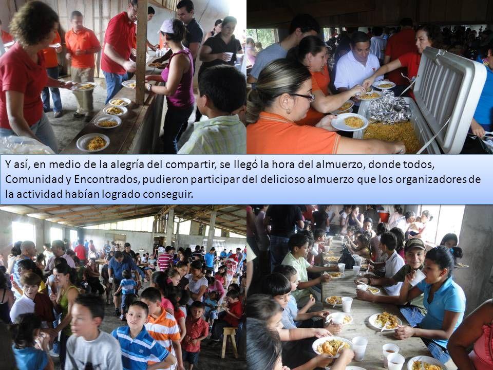 Mientras en el salón las familias de la comunidad y muchos otros participantes de la actividad disfrutaban del almuerzo, algunas comunidades encontradas disfrutaban en los alrededores del almuerzo que decidieron traer para compartir.