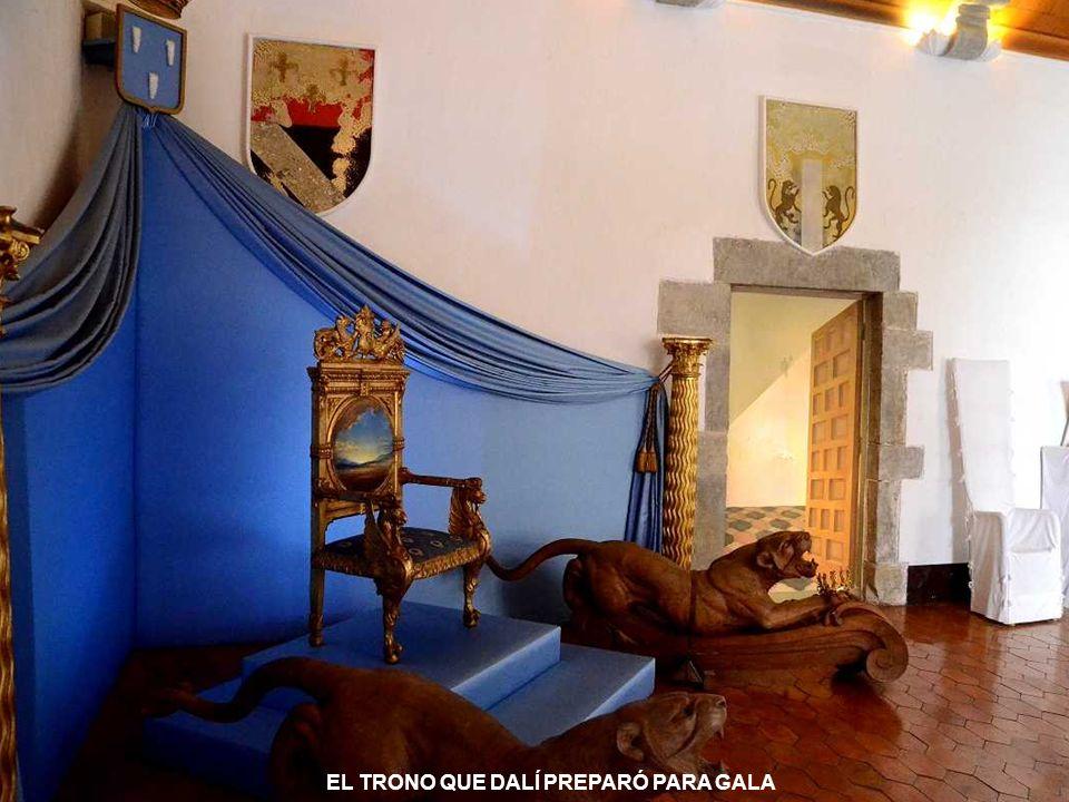 GALA PRESIDE EL SALÓN DE LOS ESCUDOS. TODA LA CASA ESTA IMPREGNADA DE SU PRESENCIA