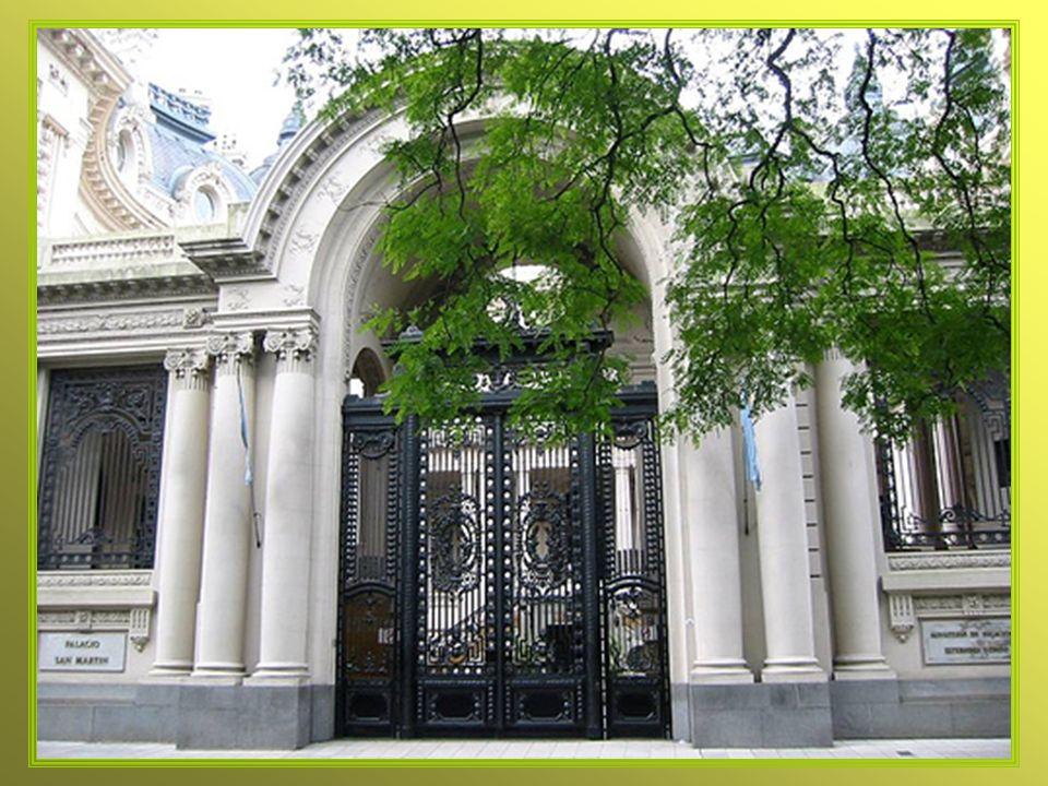 Gran puerta de hierro forjado da acceso al Palacio