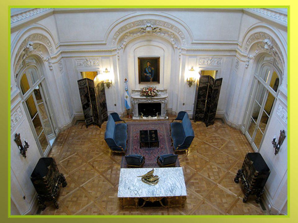 La decoración de todos los ambientes principales reflejan el alto nivel y la calidad artesanal de la construcción de la época.