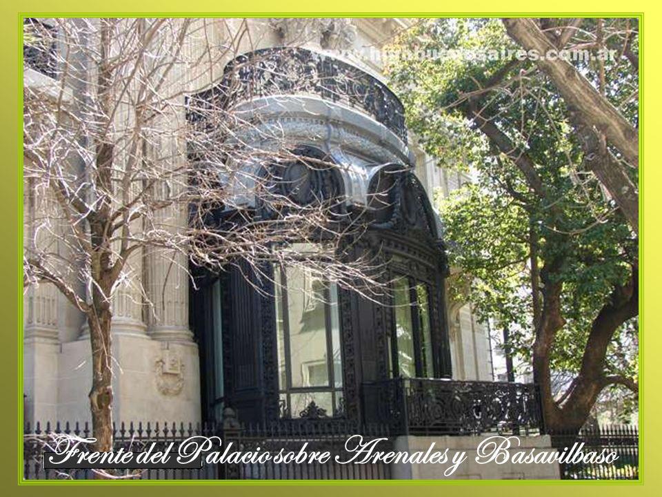 El volumen del jardín de invierno, adosado a la fachada lateral sobre la calle Basavilbaso, refleja el excelente trabajo de herrería del edificio, realizado en el taller Zamboni, de Buenos Aires.