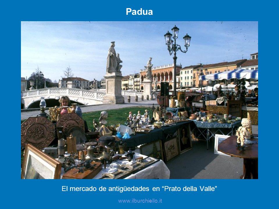 Padua El mercado de antigüedades en Prato della Valle www.ilburchiello.it
