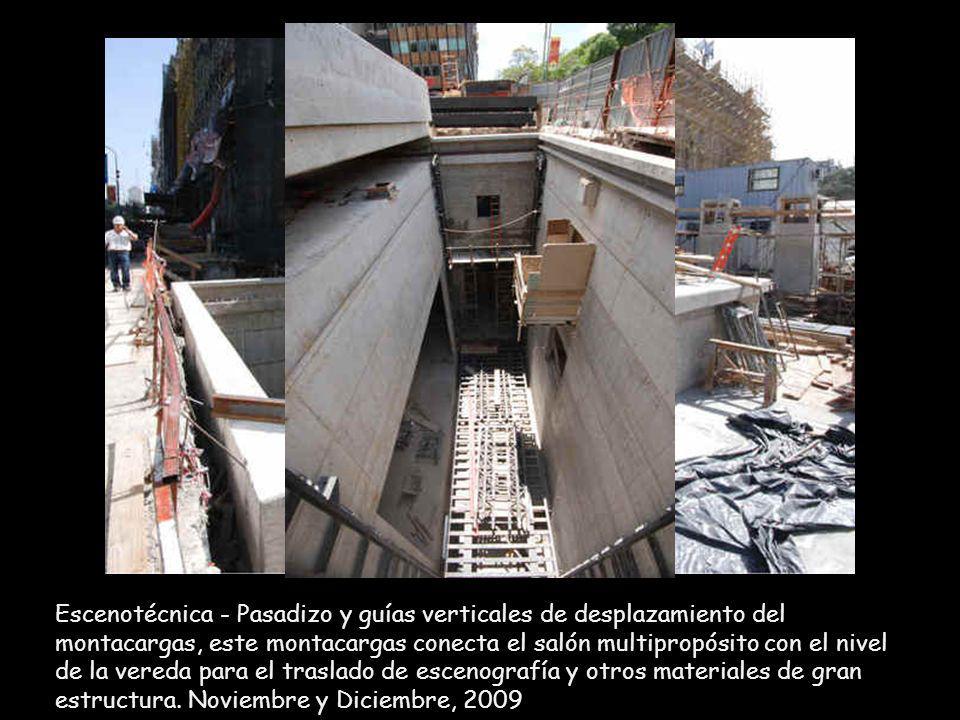 Escenotécnica - Pasadizo y guías verticales de desplazamiento del montacargas, este montacargas conecta el salón multipropósito con el nivel de la vereda para el traslado de escenografía y otros materiales de gran estructura.