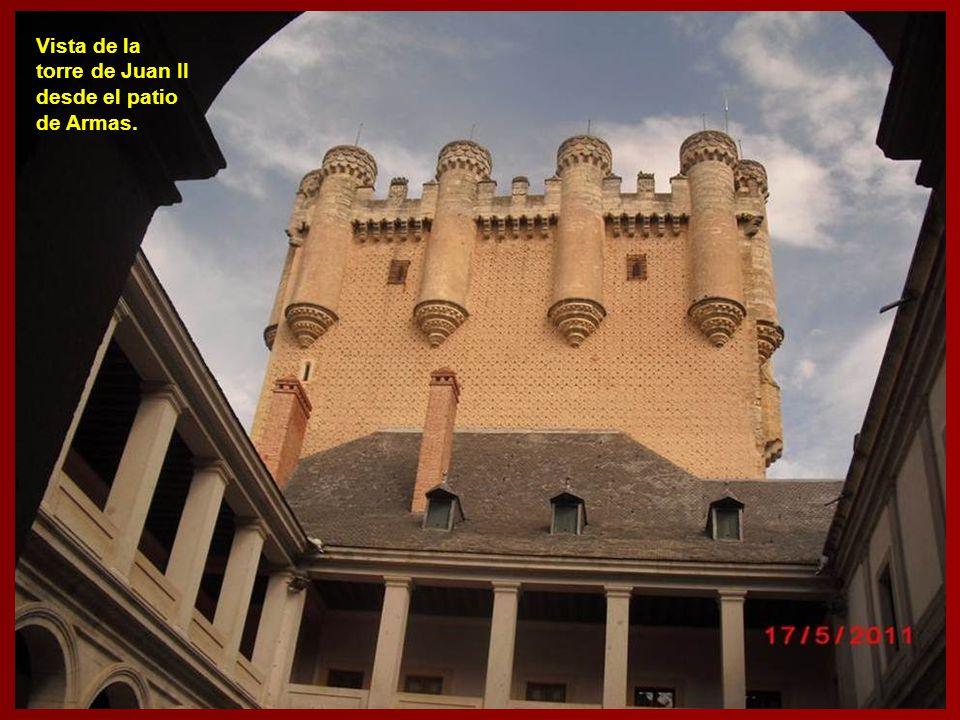 Patio del Reloj. Alrededor de este patio, se sitúan las estancias del Alcázar, a la izquierda las dedicadas al Museo de Artillería y a la derecha las