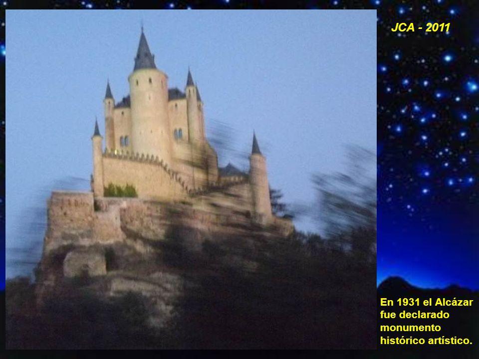 Vista nocturna de la entrada del Alcázar con la torre de Juan II.