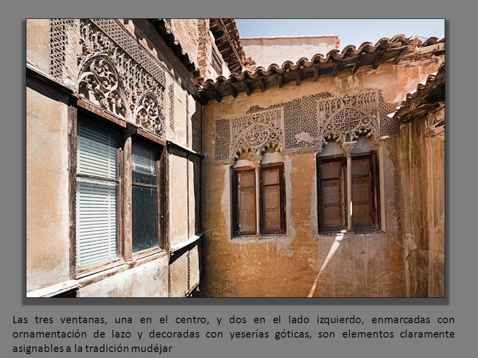 Las tres ventanas, una en el centro, y dos en el lado izquierdo, enmarcadas con ornamentación de lazo y decoradas con yeserías góticas, son elementos
