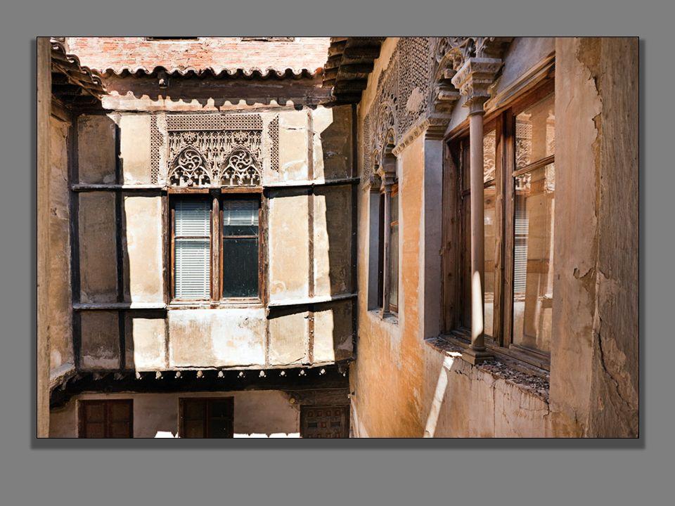 La planta noble concentra una buena parte de interés del palacio por estar cubierta, casi en su totalidad, por artesonado de madera.