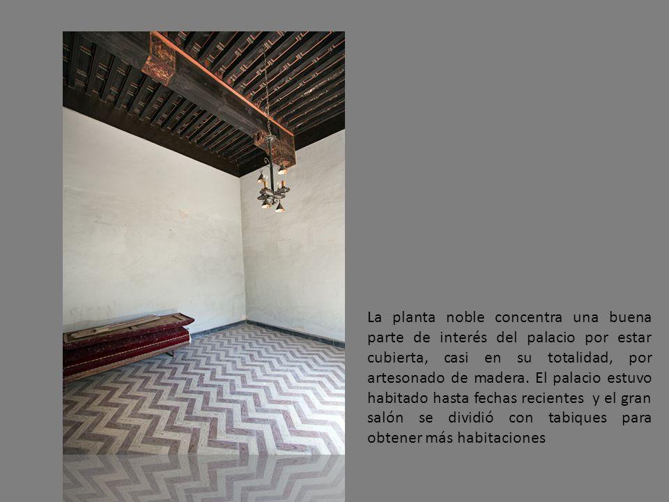 La planta noble concentra una buena parte de interés del palacio por estar cubierta, casi en su totalidad, por artesonado de madera. El palacio estuvo