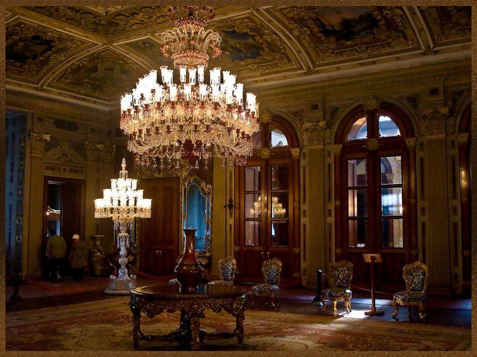 Dolmabahçe tiene una de las colecciones de lámparas más grande de Bohemia y Baccarat en el mundo. Dolmabahçe has one of the largest collections of lam