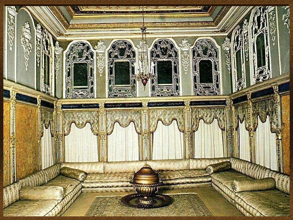 El diseño y la decoración del palacio, refleja la creciente influencia de estilos europeos y las normas de la cultura otomana The design and decoratio