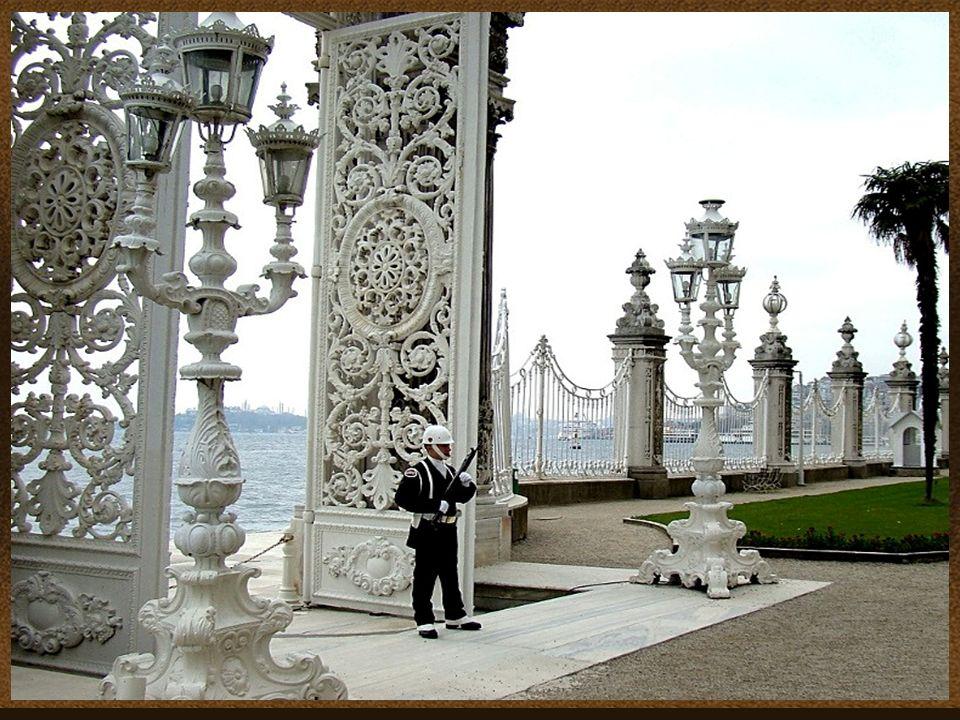 Dolmabahçe, es el más grande de los palacios imperiales otomanos Dolmabahçe, is the largest of the Ottoman imperial palaces