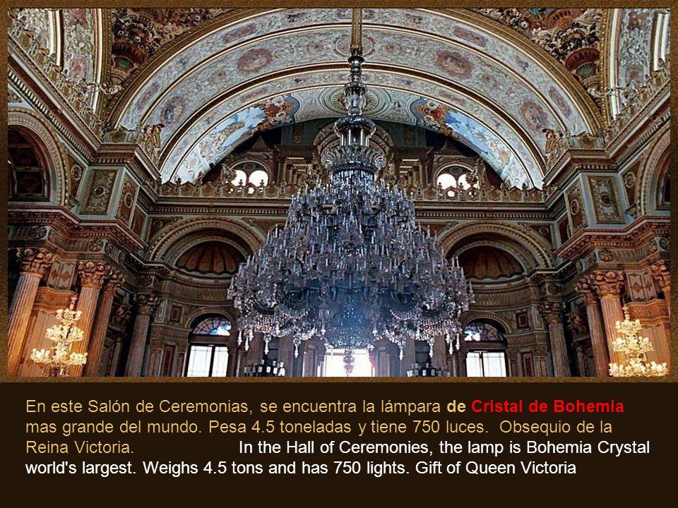 En este Salón de Ceremonias, se encuentra la lámpara de Cristal de Bohemia mas grande del mundo.