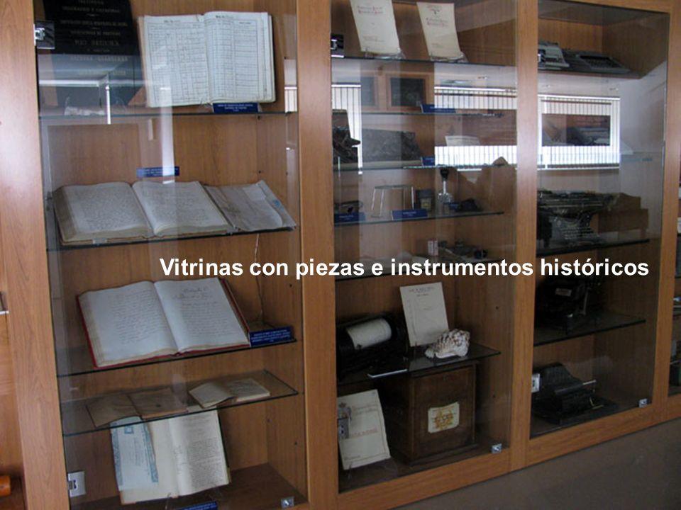 Vitrinas con piezas e instrumentos históricos
