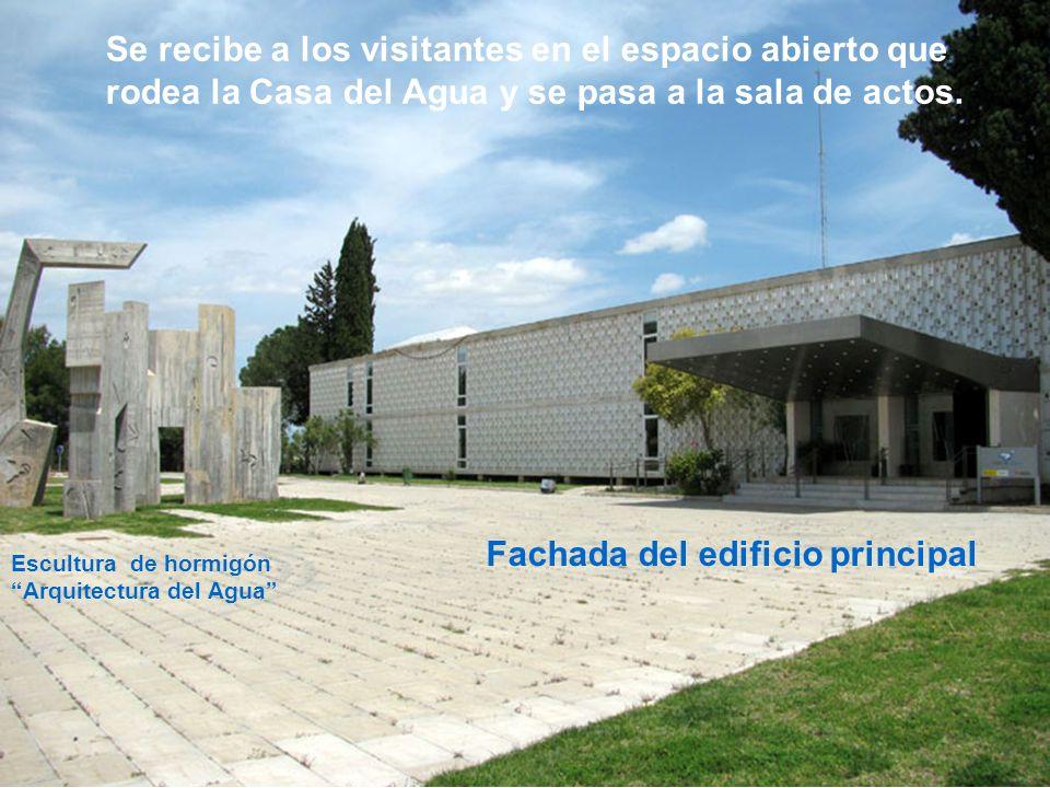 Fachada del edificio principal Se recibe a los visitantes en el espacio abierto que rodea la Casa del Agua y se pasa a la sala de actos.