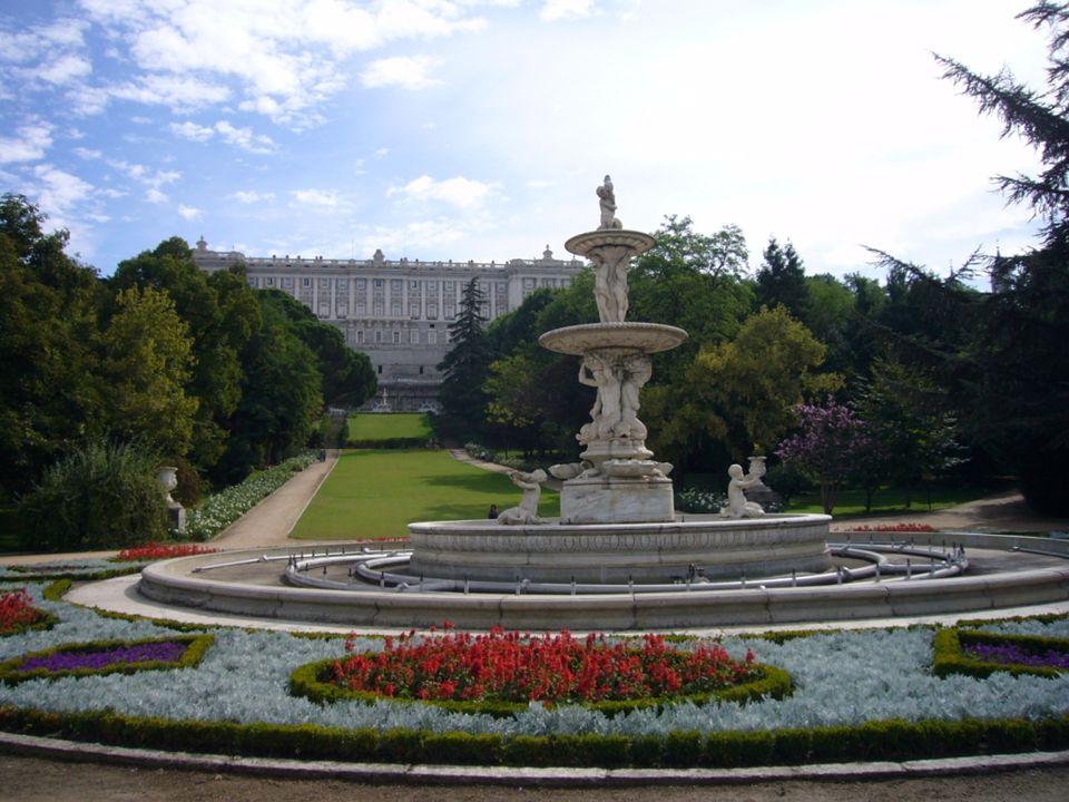 Plaza de Oriente Situada al este del antiguo Alcázar, ahora Palacio Real, hecho que la da su actual nombre. El trazado definitivo es de Narciso Pascua