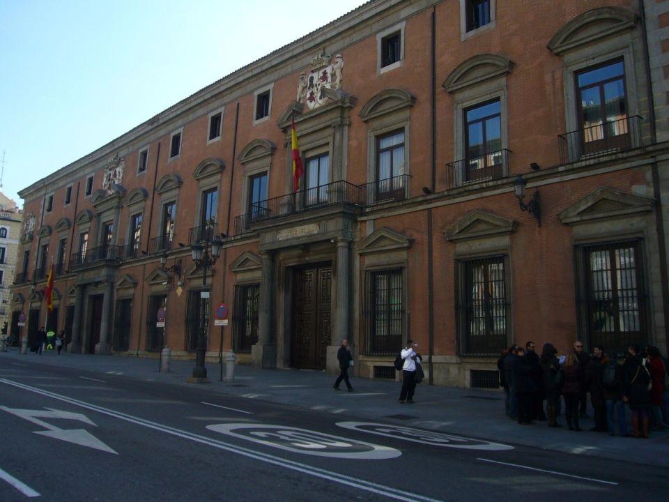 Palacio Real Su origen se remonta al siglo IX en el que el reino musulmán de Toledo construyó una edificación defensiva que posteriormente usaron los