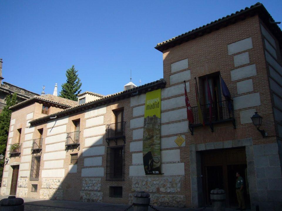 Plaza Puerta de Moros Esta plaza junto a la de la Paja se encuentran en el centro neurálgico del Madrid de los Austrias, en esta plaza estaba una de l