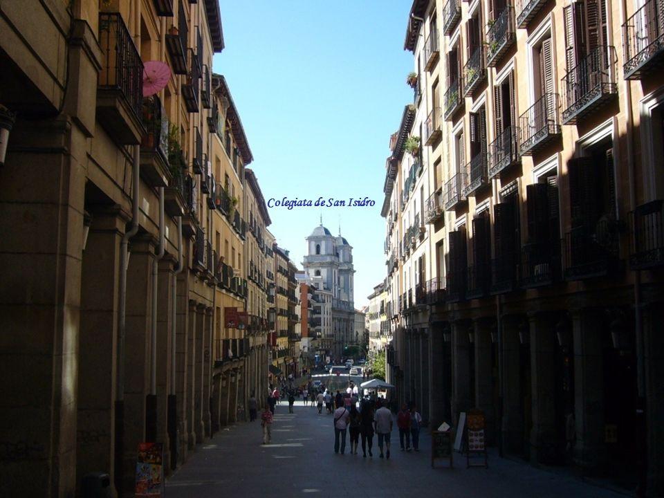 Plaza Mayor Su origen se remonta al siglo XV, se la conocía como Plaza del Arrabal, siendo el mercado principal de la villa. La construcción de su pri
