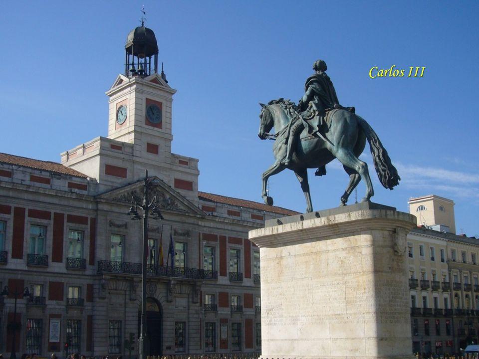 Puerta del Sol Felipe II mandó la ordenación de esta plaza, en el corazón bullicioso de Madrid, pues el crecimiento de las calles y barrios de la Corte se hizo partiendo de aquí, y siguiendo los caminos que conducían a las localidades de alrededor: Hortaleza, Vallecas, Toledo, Alcalá y Fuencarral.