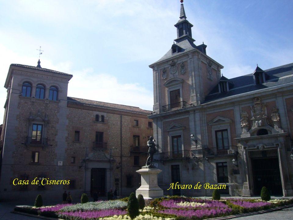Puerta del Sol Felipe II mandó la ordenación de esta plaza, en el corazón bullicioso de Madrid, pues el crecimiento de las calles y barrios de la Cort