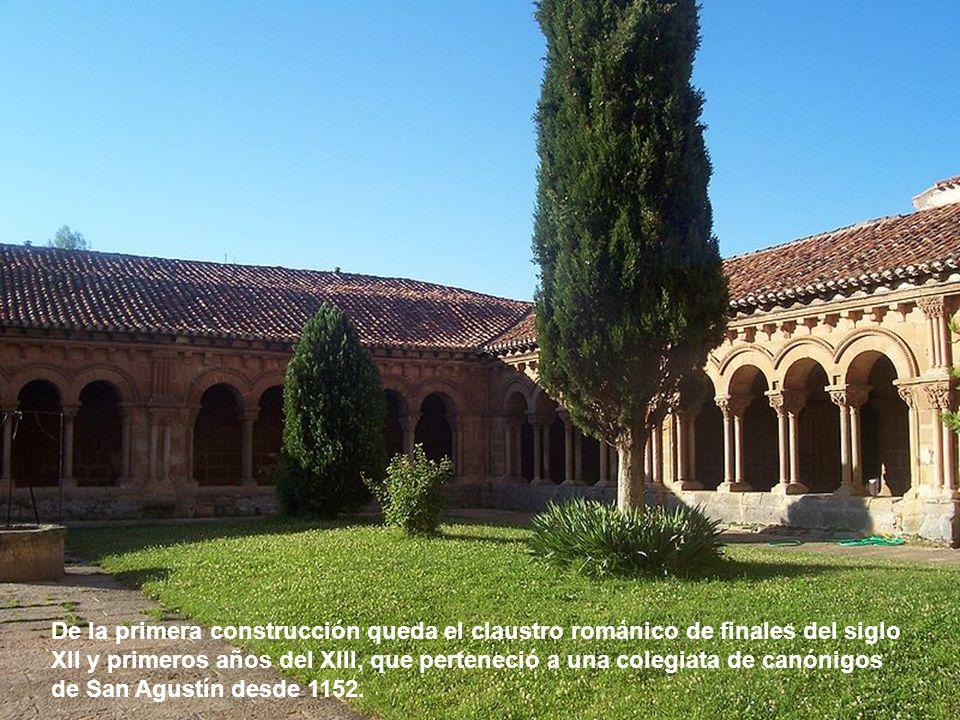 El interior del templo sigue el modelo de las iglesias de salón de finales del gótico, con 3 naves separadas por pilares cilíndricos que sostienen bóvedas estrelladas.