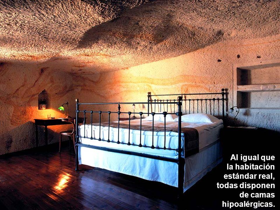 Todas las habitaciones tienen baños revestidos con mármol.