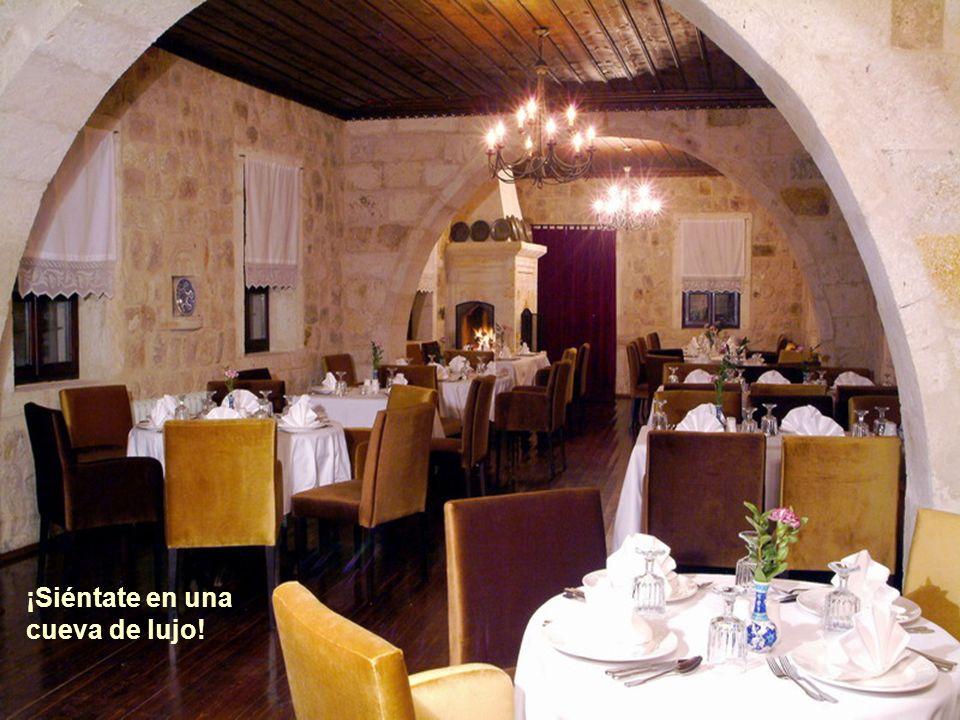 Y prueba las exquisiteces del restaurante interior.