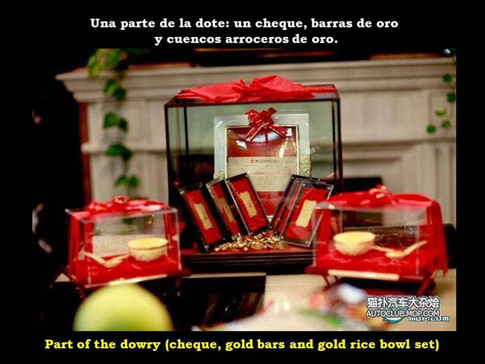 Part of the dowry (cheque, gold bars and gold rice bowl set) Una parte de la dote: un cheque, barras de oro y cuencos arroceros de oro.