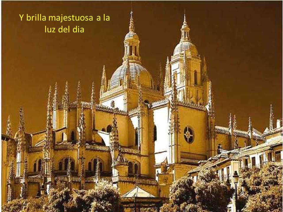 Catedral que se ve desde su hermosa plaza mayor