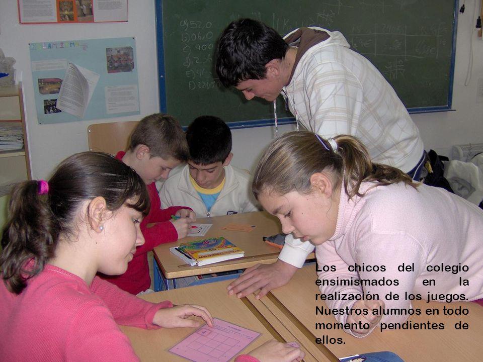 Los chicos del colegio ensimismados en la realización de los juegos. Nuestros alumnos en todo momento pendientes de ellos.